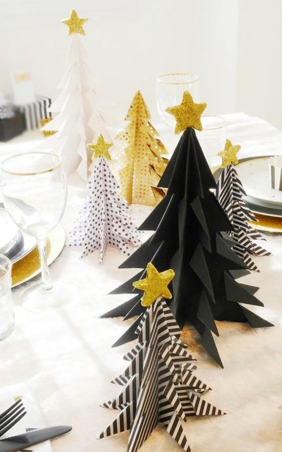 Weihnachtsdeko in Gold und Schwarz festliche Tischdeko kleine Tannenbäume in Schwarz mit goldenen Akzente gestreift oder gepunktet