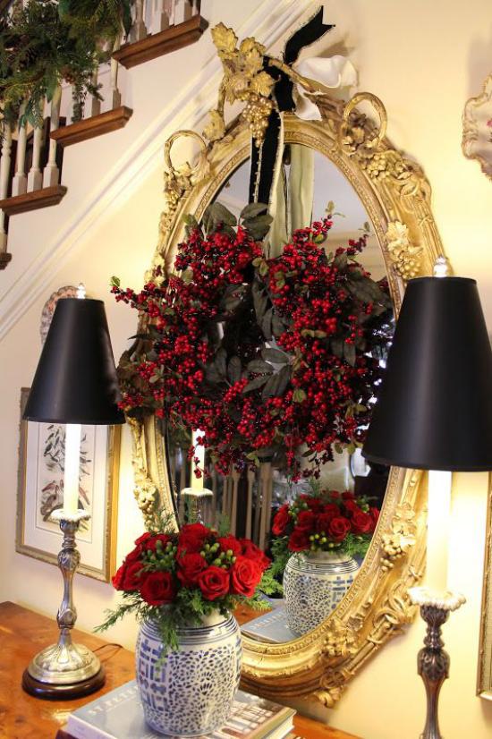 Weihnachtsdeko in Gold und Schwarz im Flur Akzente in Gold und Schwarz rote Rosen in der Vase vor dem Spiegel