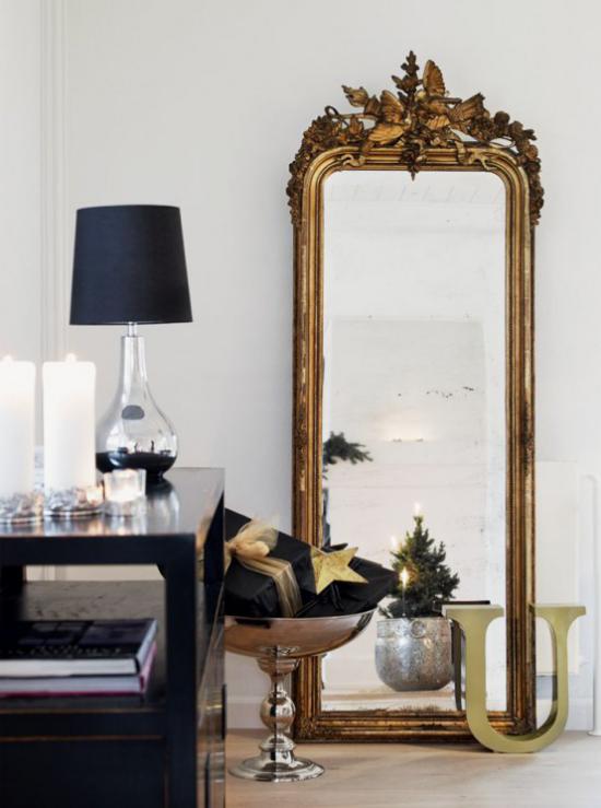 Weihnachtsdeko in Gold und Schwarz in Maßen dekoriert großer Spiegel Kommode links