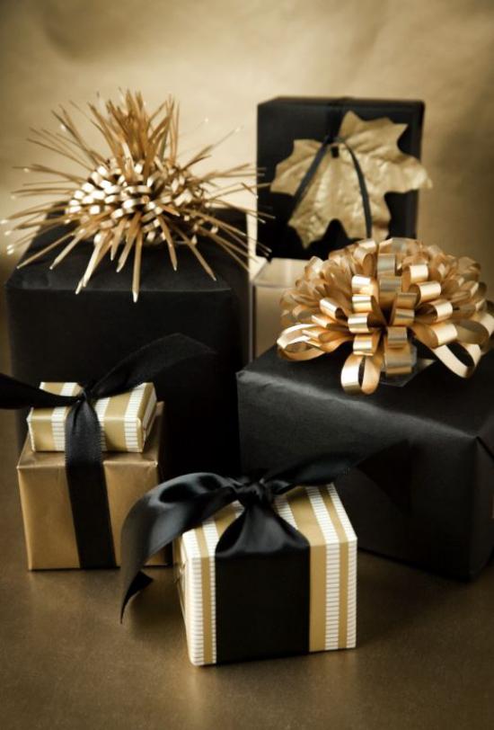 Weihnachtsdeko in Gold und Schwarz kleine Deko Artikel schön verpackte Geschenke großer dekorativer Effekt