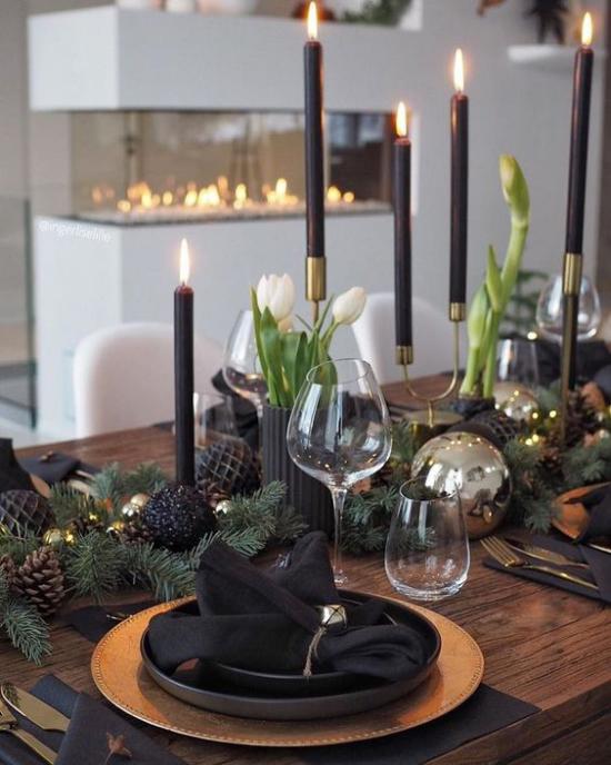Weihnachtsdeko in Gold und Schwarz schön dekorierter festlich gedeckter Tisch zum Fest Erhabenheit und Raffinesse ideen