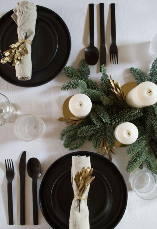 Weihnachtsdeko in Gold und Schwarz schön dekorierter festlich gedeckter Tisch zum Fest Erhabenheit und Raffinesse