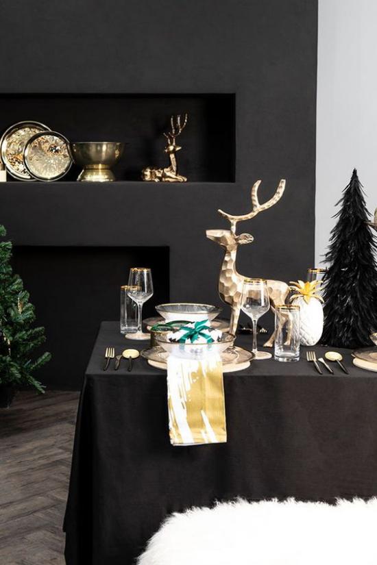 Weihnachtsdeko in Gold und Schwarz wenige Goldakzente dunkles Interieur mehr Farbe und Abwechslung bringen