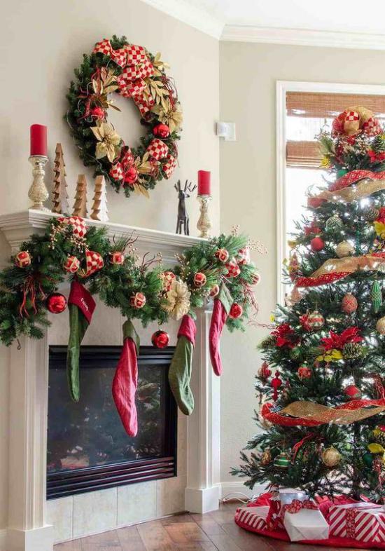 Weihnachtsdeko in Rot und Gold Christbaum Kamin Girlande Nikolausstiefel rote Kerzen kleine Tannen aus Holz