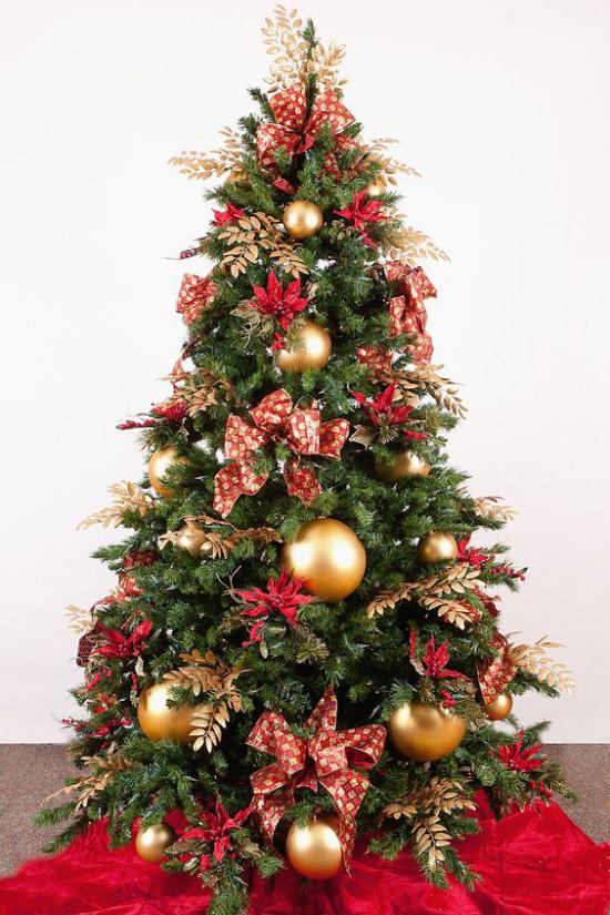 Weihnachtsdeko in Rot und Gold Christbaum toll geschmückt in der Ecke neben dem Kamin intensive Farben ideen