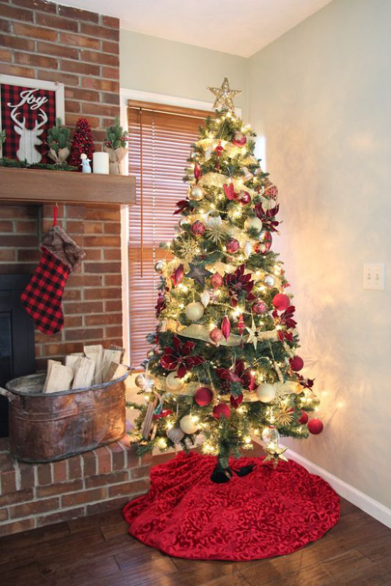 Weihnachtsdeko in Rot und Gold Christbaum toll geschmückt in der Ecke neben dem Kamin intensive Farben