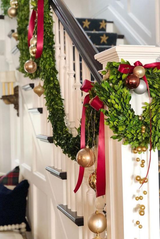 Weihnachtsdeko in Rot und Gold das Treppengeländer schmücken Girlanden Kranz