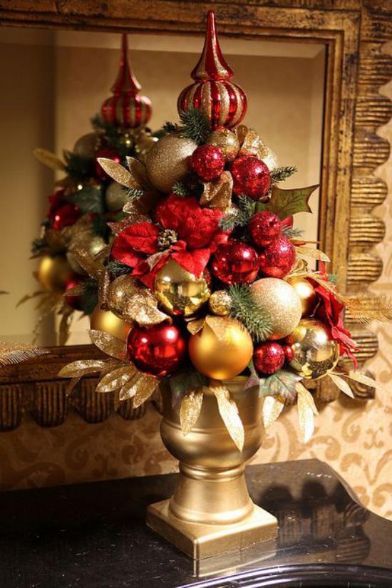 Weihnachtsdeko in Rot und Gold eine unwiderstehliche Farbkombination dekorative Vase im Flur üppig geschmückt zu Weihnachten
