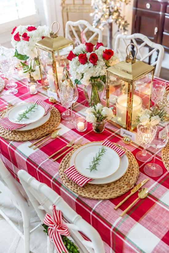 Weihnachtsdeko in Rot und Gold festlich gedeckter Tisch karierte Tischdecke viel Weihnachtsschmuck als Tischdeko rote und weiße Rosen