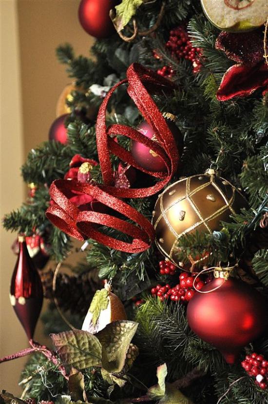 Weihnachtsdeko in Rot und Gold klassischer Weihnachtsbaumschmuck Kugeln Anhänger Girlanden Schleifen