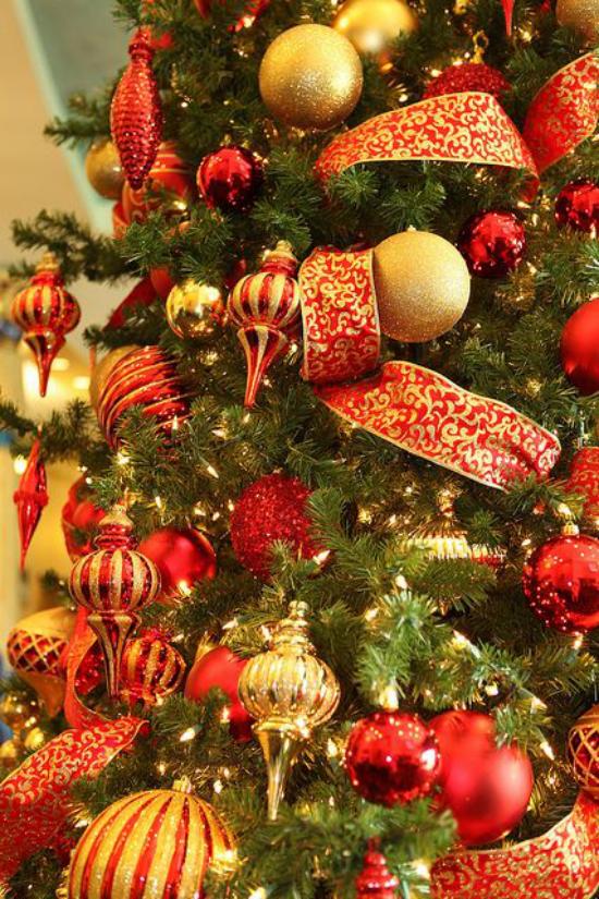 Weihnachtsdeko in Rot und Gold schöner Weihnachtsbaumschmuck große Schleife Kugeln Anhänger Girlanden goldene Akzente