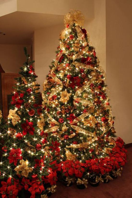 Weihnachtsdeko in Rot und Gold zwei Weihnachtsbäume nebeneinander glamourös geschmückt
