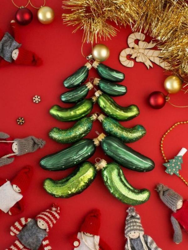 Weihnachtsgurke Weihnachtsschmuck in Tannenbaumform arrangiert schöne Deko mit grünen Glasgurken