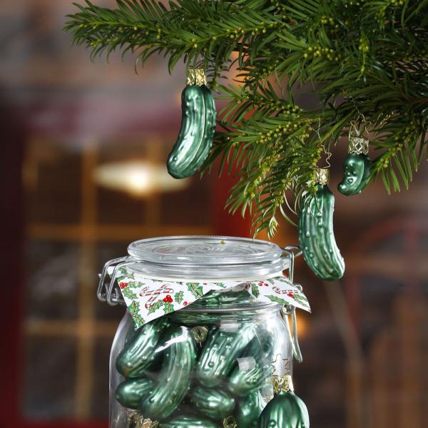 Weihnachtsgurke ein Rätsel eine grüne Gurke hängt am Weihnachtsbaum