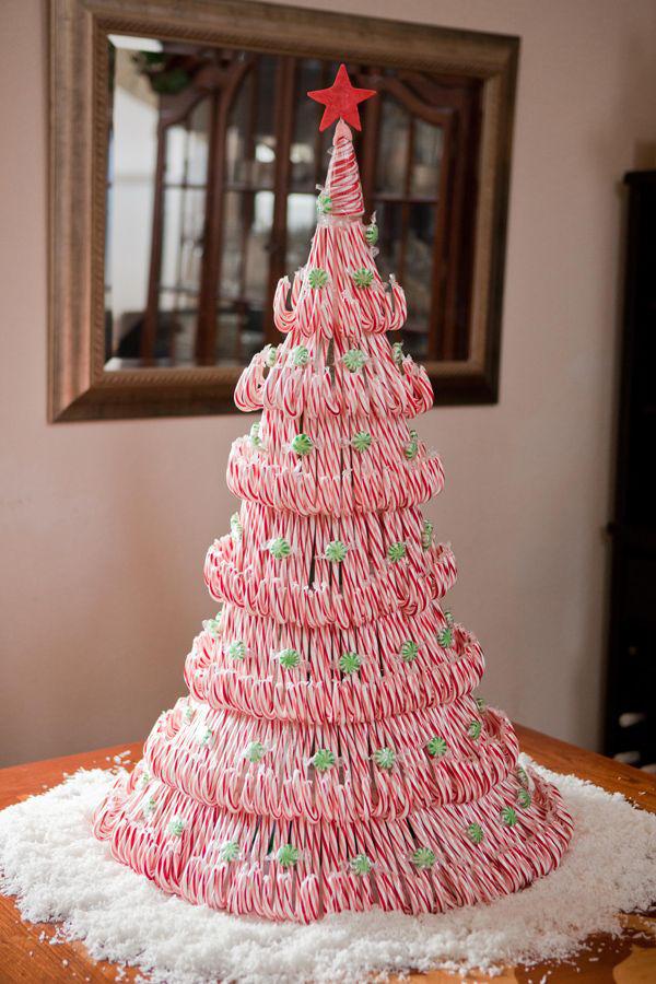 Zuckerstangen lustige Deko Christbaum in Rot und Weiß aus süßen Stangen ein richtiges Highlight