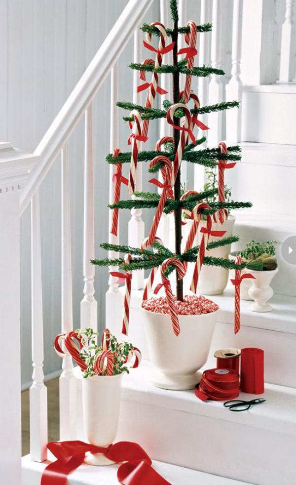 Zuckerstangen lustige Deko im Treppenhaus kleiner Tannenbaum Schmuck in Weiß und Rot