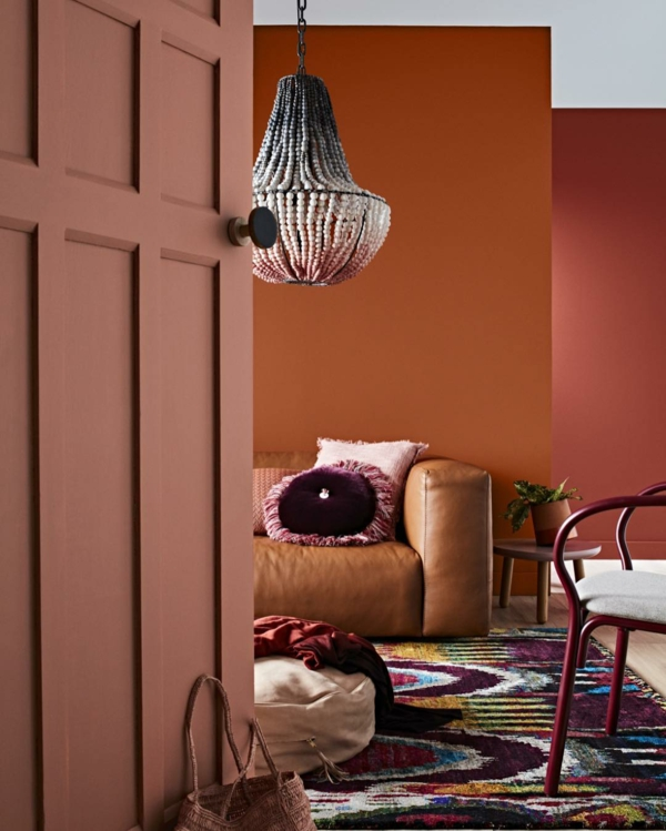 boho style wohnzimmer bunter teppich terrakotta wandfarbe