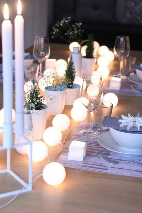 puristische tischdeko weihnachten mit lichterkette und weißen kerzen