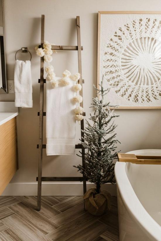 puristische weihnachtsdeko bad dekorieren ideen tannenbaum