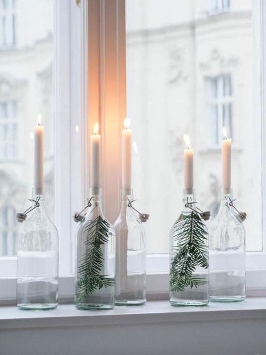 puristische weihnachtsdeko fensterbank weiße kerzen tannengrün