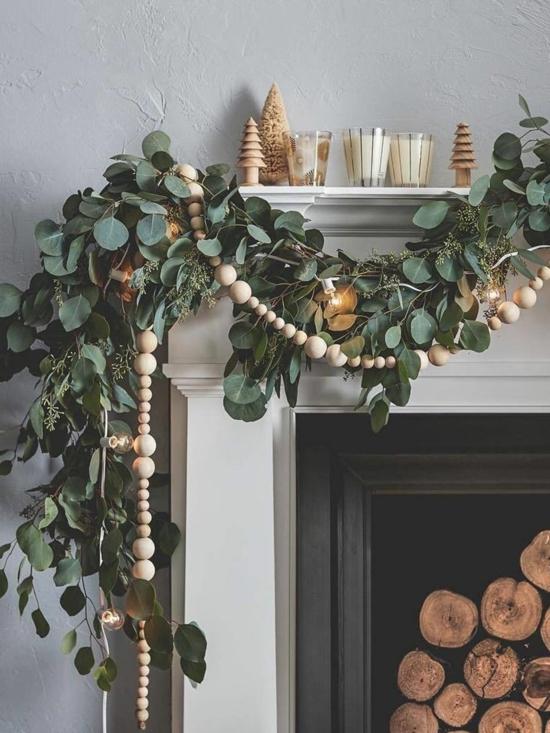 puristische weihnachtsdeko kaminsims dekorieren eukalyptusblätter