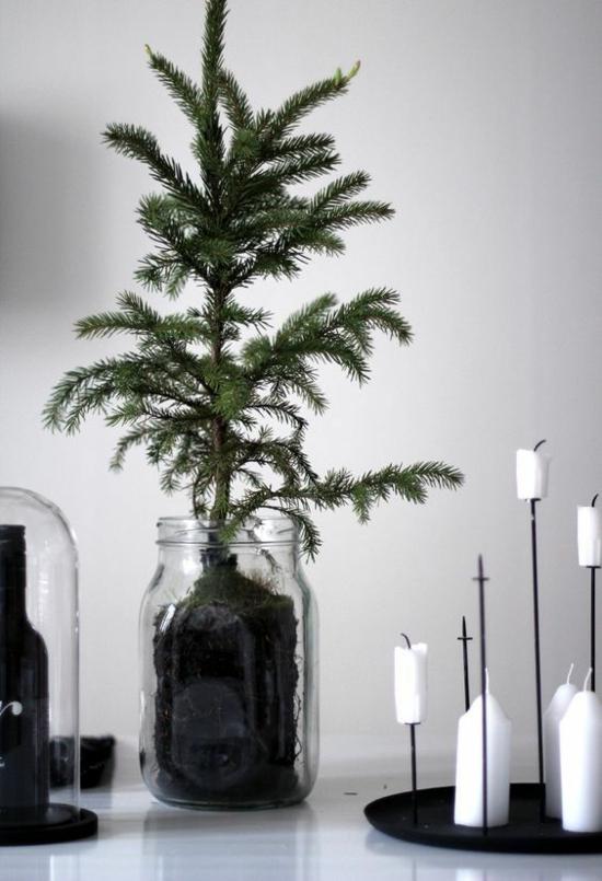 puristische weihnachtsdeko tischdeko weiße kerzen tannenbaum