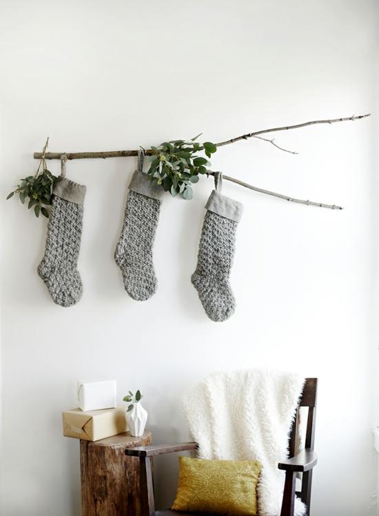 puristische weihnachtsdeko wanddeko graue stricksocken