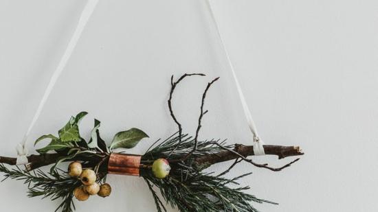 puristische weihnachtsdeko wanddeko idee tannengrün
