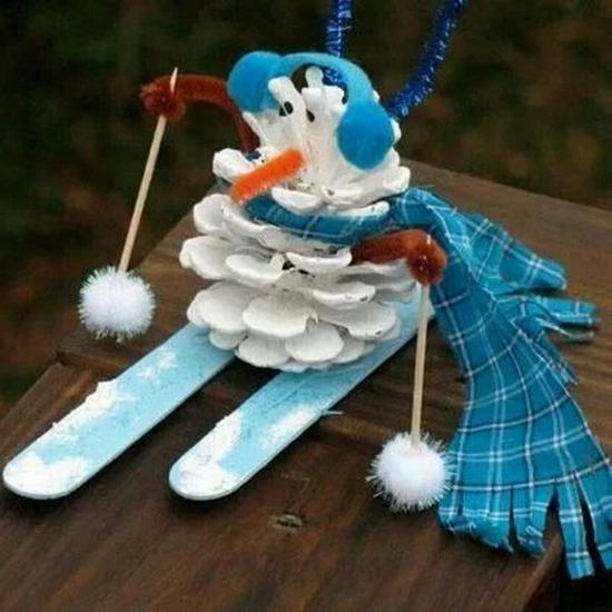 schneemann basteln mit zapfen und eisstäbchen