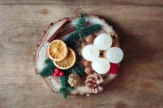 tischdeko weihnachten aus naturmaterialien zapfen tannengrün beeren