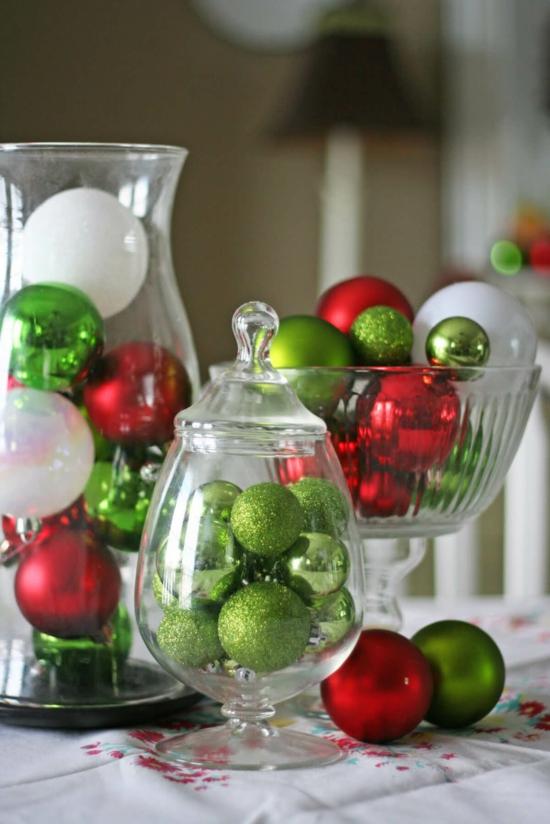 tischdeko weihnachten weihnachtskugeln in gläsern