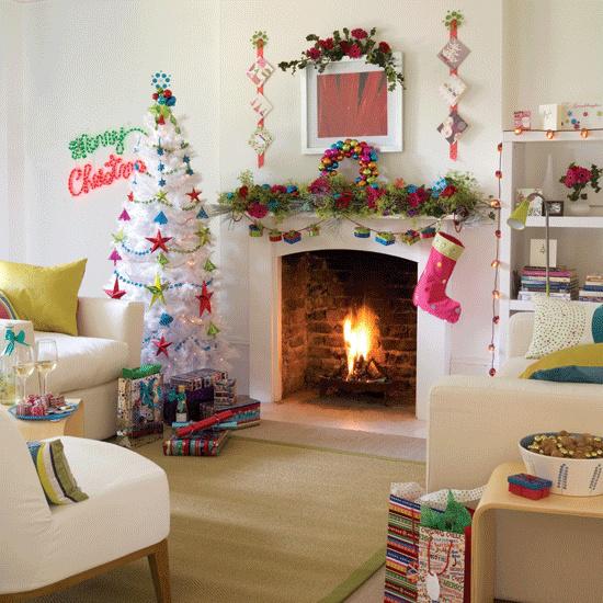 traumhafte Weihnachtsdeko im Wohnzimmer Gemütlichkeit um den dekorierten Kamin Nikolausstiefel