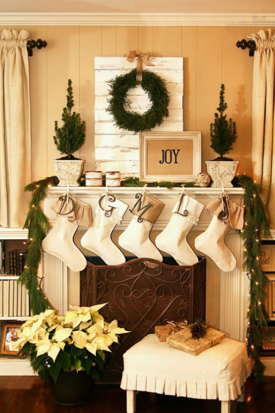 traumhafte Weihnachtsdeko im Wohnzimmer Kamin Nikolausstiefel gelber Weihnachtsstern Kranz Tannengrün