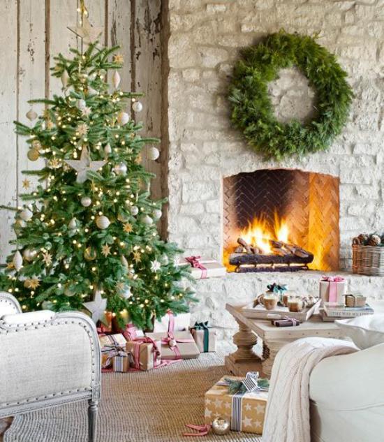 traumhafte Weihnachtsdeko im Wohnzimmer Kamin aus Naturstein loderndes Feuer Kranz helle Farben dominieren Gemütlichkeit pur