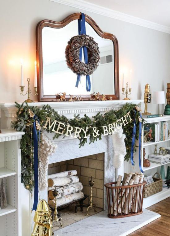 traumhafte Weihnachtsdeko im Wohnzimmer Kamin schmücken grüne Girlande Spiegel Weihnachtskranz