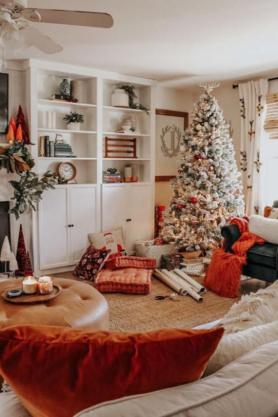 traumhafte Weihnachtsdeko im Wohnzimmer Orange andere warme Farben geschmückter Christbaum in der Ecke