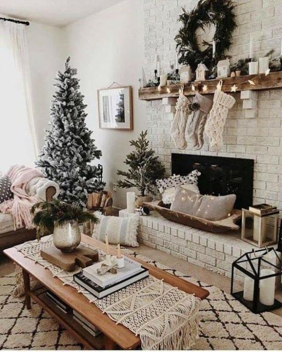traumhafte Weihnachtsdeko im Wohnzimmer Tannenbaum ein grüner Akzent toller Blickfang im Raum