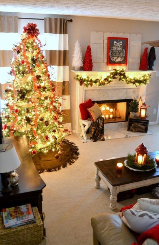 traumhafte Weihnachtsdeko im Wohnzimmer Weihnachtsbaum links viele Lichter auch am Kamin
