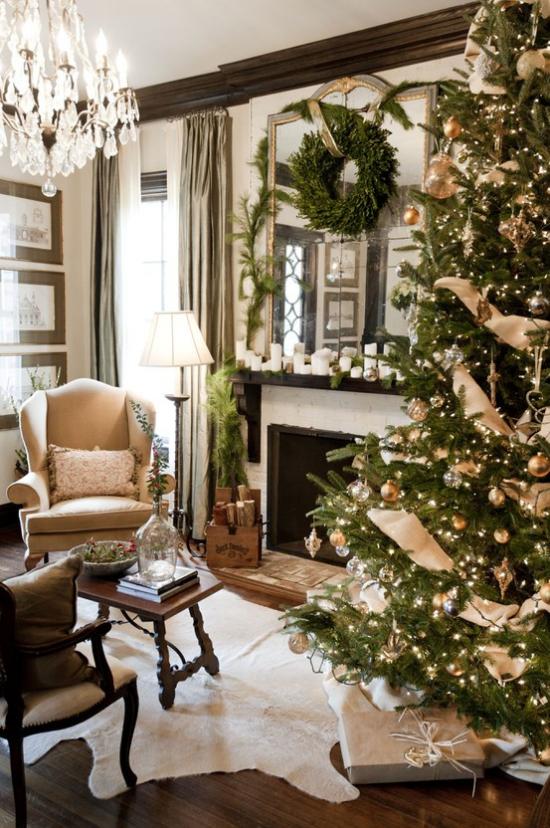 traumhafte Weihnachtsdeko im Wohnzimmer hoher Weihnachtsbaum grüner Kranz Spiegel über dem Kamin Gemütlichkeit pur