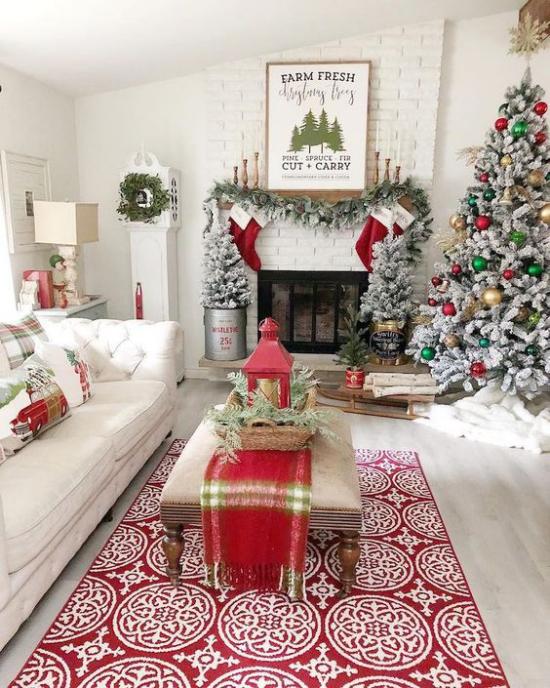 traumhafte Weihnachtsdeko im Wohnzimmer rot und weiß geschmückter Tannenbaum rechts am Kamin gemütliche Raumatmosphäre