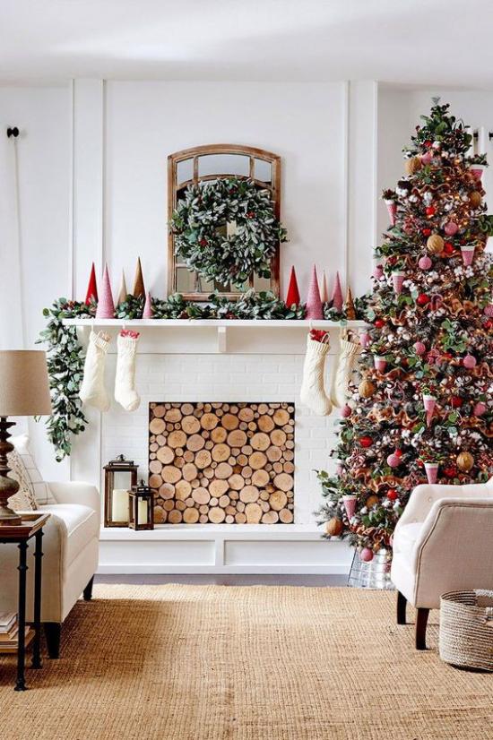 traumhafte Weihnachtsdeko im Wohnzimmer schön geschmückter Christbaum rote Akzente Brennholz im Kamin