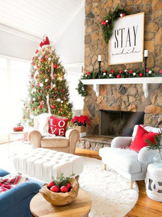 traumhafte Weihnachtsdeko im Wohnzimmer schöne Raumdekoration helle Atmosphäre Christbaum rote Akzente
