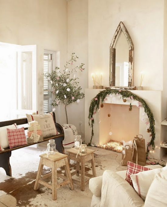 traumhafte Weihnachtsdeko im Wohnzimmer schlichter Schmuck grüne Girlande am Kamin