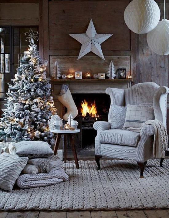 traumhafte Weihnachtsdeko im Wohnzimmer skandinavischer Stil gemütlich vor dem Kamin Hellgrau dominiert