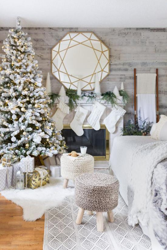 traumhafte Weihnachtsdeko im Wohnzimmer weiße Dekoration weiße Nikolausstiefel runder Spiegel über dem Kamin