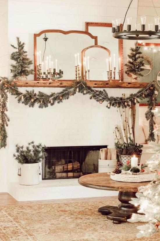 traumhafte Weihnachtsdeko im Wohnzimmer zwei kleine Tannenbäume am Kamin Tannengrün Girlande gemütlich warm