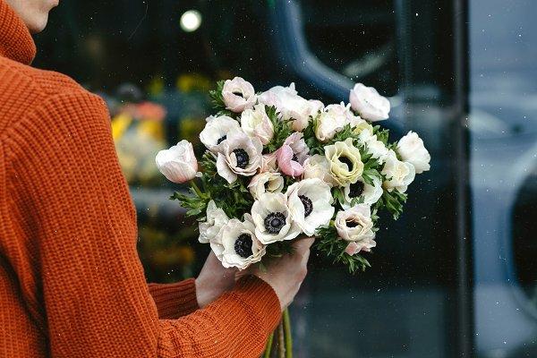 weiße anemonen und rosen als weihnachtsgeschenk