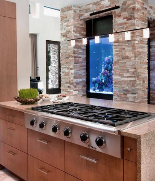 Το ενυδρείο στο σπίτι μπορεί να κάνει εγγραφείτε καλά στο μοντέρνο σχεδιασμό της κουζίνας