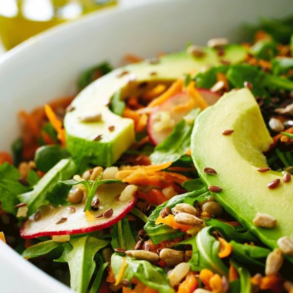 Ballaststoffreiche Ernährung – Alles, was Sie über Ballaststoffe wissen sollten buntes salat mit samen