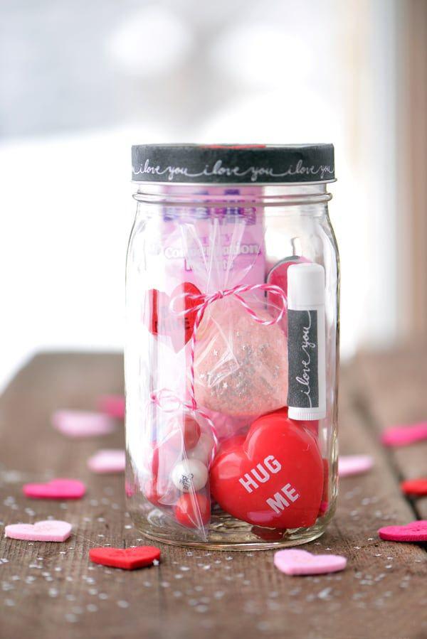DIY Geschenke zum Valentinstag Kleinigkeiten in Rosa und Rot im Glas schön verpackt